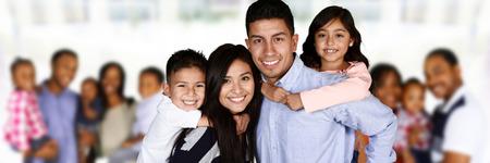 Familias jóvenes felices juntos en un grupo