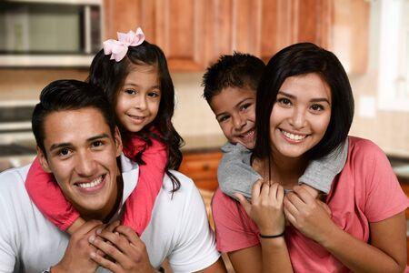 niños felices: Feliz pareja de jóvenes que están de pie con su hijo Foto de archivo