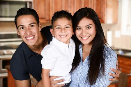 Feliz pareja de jóvenes que están de pie con su hijo Foto de archivo