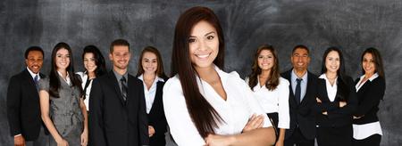 Groep van zakenmannen en-vrouwen samen te werken