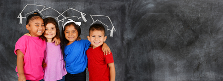 scuola: Gruppo di bambini felici che sono a scuola