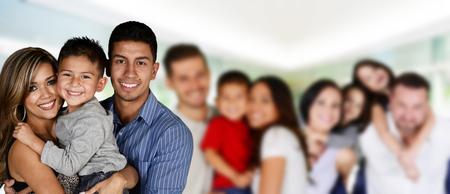 家庭: 快樂年輕的家庭一起在一組