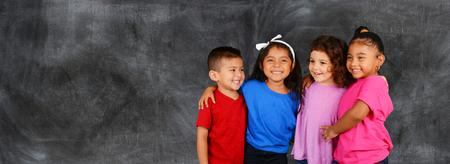 Groep van gelukkige jonge kinderen die op school