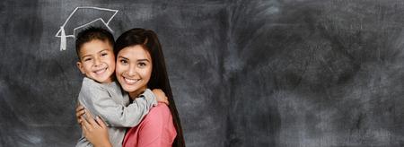 Gelukkige jonge moeder met haar zoon aan het afstuderen Stockfoto