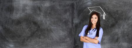 graduado: Mujer que se gradúan de la escuela de enfermería