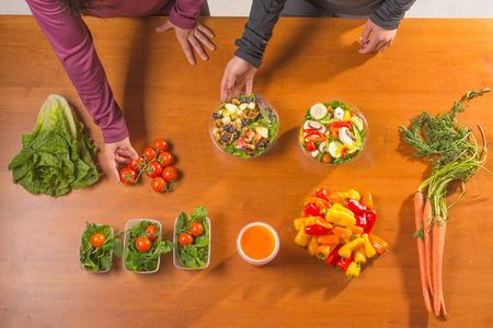 Frauen, die auf der Planung ihrer Mahlzeiten arbeiten