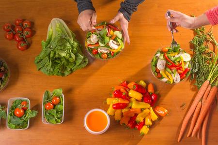 Vrouwen die werken aan de planning van hun maaltijden Stockfoto