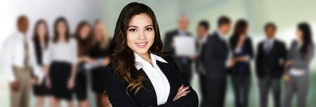 mujeres juntas: Grupo de hombres de negocios y mujeres que trabajan juntos