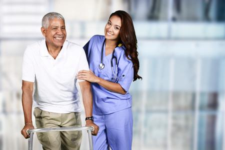 Krankenschwester kümmert sich um einen älteren Patienten
