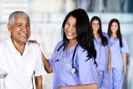 Home Health Care Worker Und Ein älteres Ehepaar Lizenzfreie Fotos ...