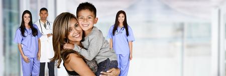 Mutter, die mit ihrem Kind im Krankenhaus