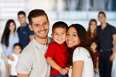 familias jovenes: Familias jóvenes felices juntos en un grupo