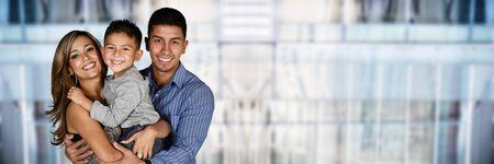 niños sonriendo: Feliz pareja de jóvenes que están de pie con su hijo Foto de archivo