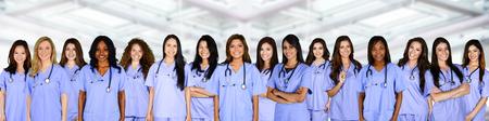 Grande gruppo di infermieri insieme in ospedale