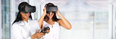 幸せな女によって使用されている仮想現実の眼鏡