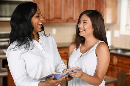聖書を勉強して満足している女性