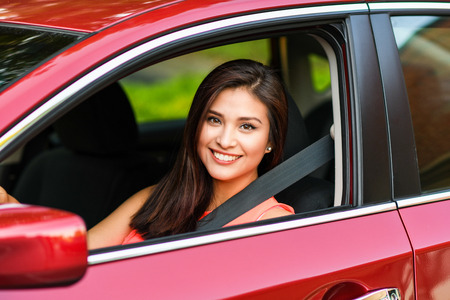 Woman holding up keys to her new car Stockfoto