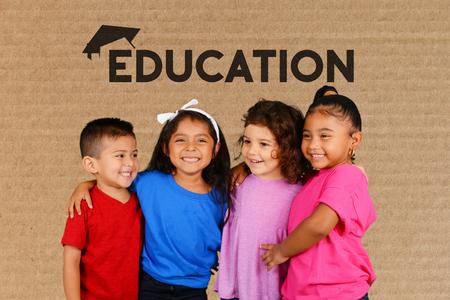 graduado: Los niños pequeños en la escuela reciben una educación