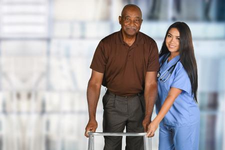 Gezondheidszorg werknemer helpen een oudere patiënt Stockfoto - 62452096