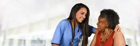 Gezondheidszorg werknemer helpen van een oudere vrouw