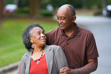 家族: 高齢者のアフリカ系アメリカ人男性と女性が一緒にポーズ