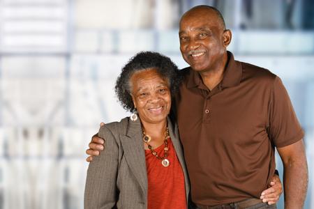 노인 아프리카 계 미국인 남자와 여자 함께 포즈