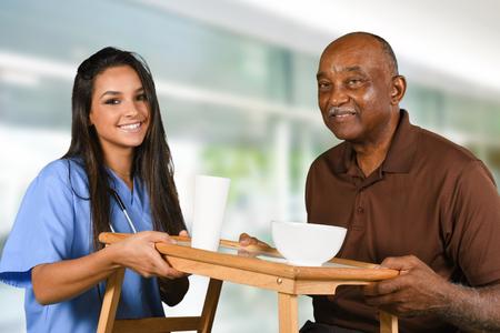 trabajador de la salud ayudar a un paciente de edad avanzada