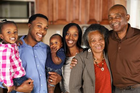 Ouderen African American Man en vrouw die zich samen met hun gezin