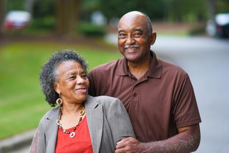 Mayor del hombre afroamericano y una mujer posando juntos