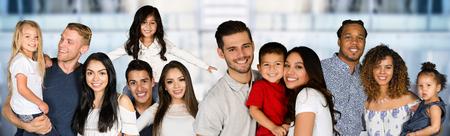 さまざまな人種の幸せな家族の大規模なグループ