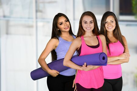Een groep gelukkige jonge vrouw doet een training