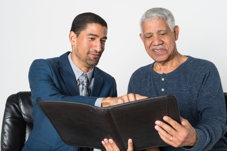 Man working with a customer on financial planning Zdjęcie Seryjne