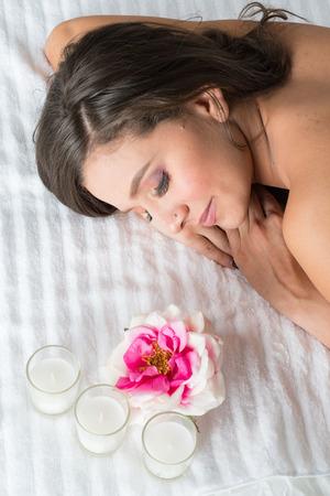 Schöne Frau, die eine Behandlung am Spa erhält