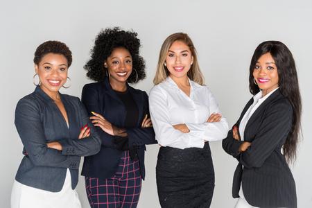 Grupo de mujeres empresarias trabajando juntos en una oficina.