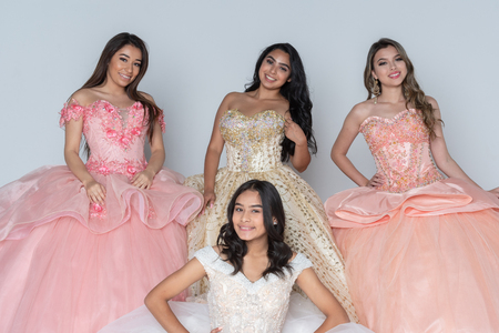Group of four happy hispanic teenage girls in their quinceanera dresses Foto de archivo - 114927300
