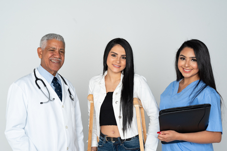 Médecin et infirmière à l'hôpital avec un patient