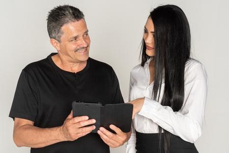 Hispanic Businesswoman With Her Senior Client In The Office Zdjęcie Seryjne