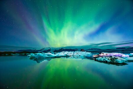 아이슬란드의 북극광 오로라 빙하 석호에서 설정