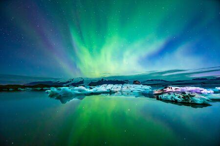 Aurora boreal Aurora en Islandia en la laguna glaciar