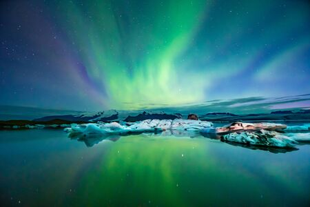 Northern Lights Aurora In Iceland set in the Glacier Lagoon Imagens