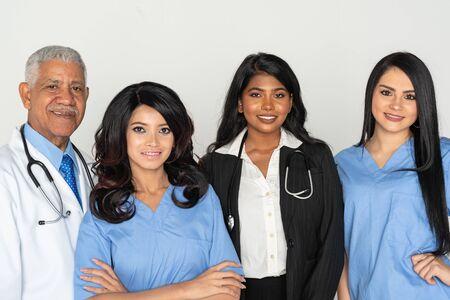 Un groupe de médecins et d'infirmières issus de minorités travaillant dans un hôpital