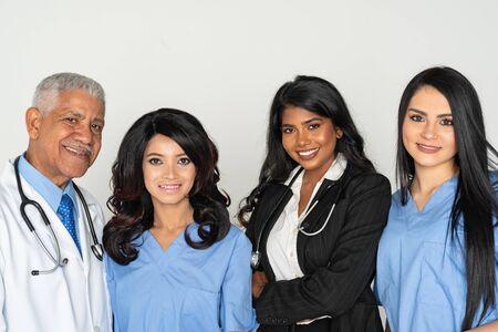 Un grupo de médicos y enfermeras pertenecientes a minorías que trabajan en un hospital. Foto de archivo
