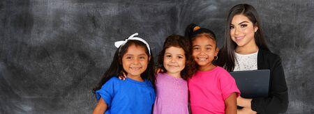 Maestra de minorías con un grupo de estudiantes hispanos en la escuela