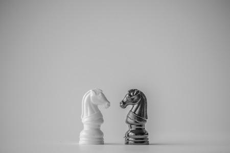 rycerz: Chess jest strategia i deska inteligencja gra pochodzi z Indii, która rozgrywa się pomiędzy dwoma osobami na szachownicy