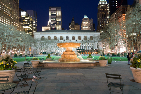 bryant park: Bryant Park is located in Manhattan (NYC) between 5th and 6th avenue and 42nd street Editorial