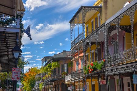 New Orleans ist (unter anderem) für seine Architektur mit mehreren Einflüssen bekannt, die in diesem Bild beispielhaft dargestellt sind