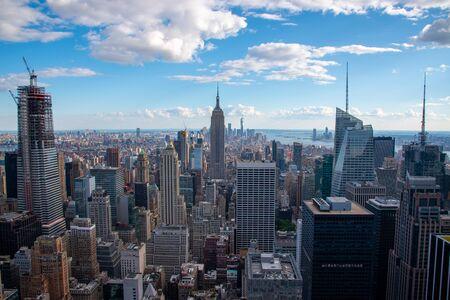 New Yorks Lower Manhattan mit dem Empire State Building von einem hohen Punkt in Midtown Standard-Bild