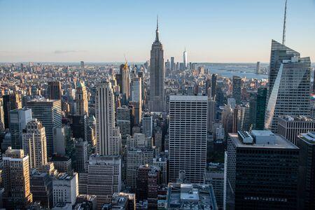 El bajo Manhattan de Nueva York con el Empire State Building desde un punto alto en Midtown