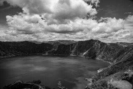 Panorama del volcán Quilotoa con su caldera llena de agua (Ecuador)
