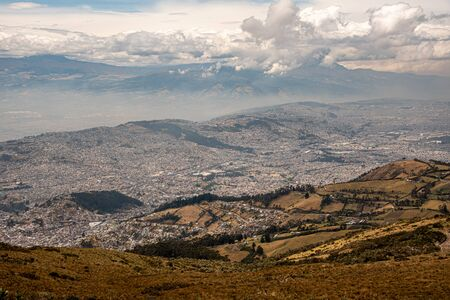 Panorama of Quito from the Ruku Pichinca volcano (15,413 ft) 版權商用圖片